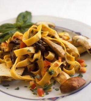 primi piatti,primi,tagliatelle,pasta,funghi,prosciutto,ricetta